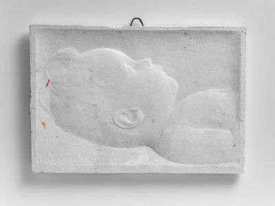 Portret van een achterover liggend jongetje tot borsthoogte, naar rechts gericht.