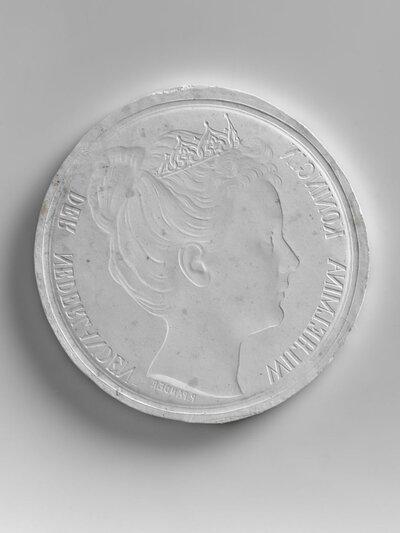 A en B: Koningin Wilhelmina met diadeem, naar rechts gericht. Randschriften: KONINGIN WILHELMINA DER NEDERLANDEN en KONINGIN WILHELMINA GOD ZIJ MET ONS C t/m G: Nederlandse           leeuw met kroon met randschriften: MUNT VAN HET KONINKRIJK DER NEDERLANDEN 1898. Resp. Fl. 0.5, 1, 2.5, 10 en oningevuld