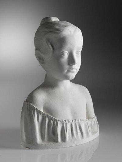 Meisjesbuste en face. Bovenkant van het geplooide hemd wat afhangend vanaf rechter schouder.
