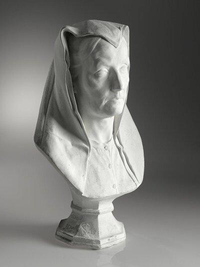Buste van vrouw en face. Omslagdoek op haar hoofd.