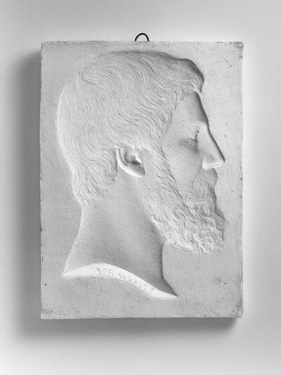 Romeinse kop met volle baard, naar rechts gericht en profile. Beeld is in negatief.