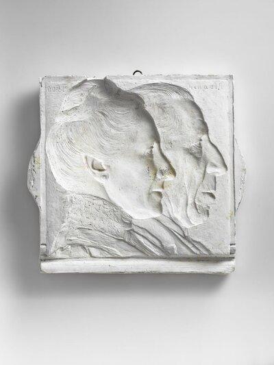 Buste van een man en een vrouw, beide naar rechts gericht. Vrouw heeft opgestoken haat met en knoest en hoge, kanten kraag. Beeld in negatief Stellen waarschijnlijk           Classicus Simon Karsten (1802-1864) en zijn vrouw voor.