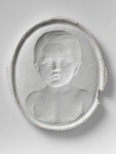 Portret kind tot op borsthoogte en geheel en face.