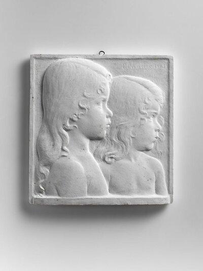 Bustes van twee kleine meisjes, beide met het haar over de schouders. Naar rechts gericht en profile.