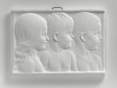 Portretten van een meisje en twee jongetjes, naar rechts gericht, en profile, voorstellende de kinderen van dokter Peters. Dokter C.E. Peters behandelde Pier Pander in 1907           in Heerenveen. Zij hebben altijd contact gehouden. Pier pander portreerde ook alleen de kinderen Agaat en Kees Peters (1912 en 1914).