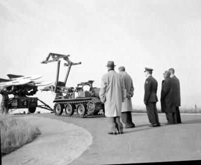 Een delegatie van de Ministerraad brengt een bezoek aan de 3e groep Geleide Wapens (3 GGW) in Blomberg.Hier eem loader-transporter geladen met basis-Hawk           missiles.