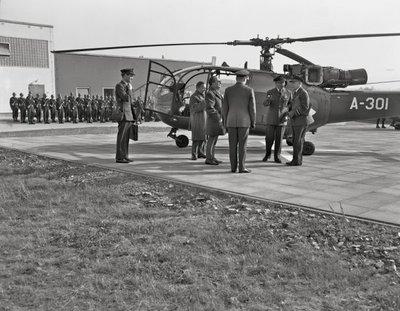 Een delegatie van de Ministerraad brengt een bezoek aan de 3e groep Geleide Wapens (3 GGW) in Blomberg.Rechts de Bevelhebber der Luchtstrijdkrachten,           luitenant-generaal-vlieger-waarnemer A.B. Wolff, daarnaast commodore-vlieger G.W. de Zwaan.5e van rechts de Minister van Defensie P.J.S. de Jong en 4e van rechts           Minister-President Cals.