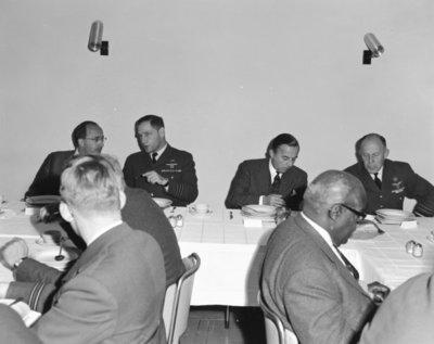 Een delegatie van de Ministerraad brengt een bezoek aan de 3e groep Geleide Wapens (3 GGW) in Blomberg.Hier gebruikt het gezelschap de           lunch.Links minister-president J.M.L.Th. Cals met de commandant van 3 GGW luitenant-kolonel W. Bartelings, daarnaast 2e van links minister van Defensie P. de Jong en de           BDL luitenant-generaal A.B. Wolff.