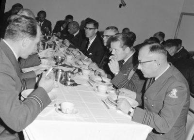 Een delegatie van de Ministerraad brengt een bezoek aan de 3e groep Geleide Wapens (3 GGW) in Blomberg.Hier gebruikt het gezelschap de           lunch.