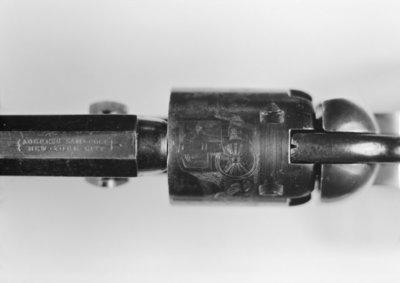 Bovenaanzicht van een Colt revolver met een mooie gravering.
