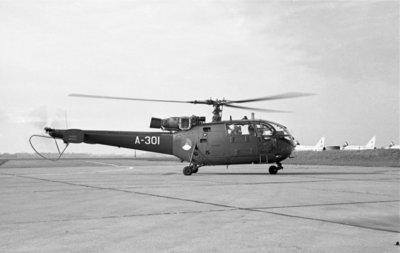 Een delegatie van de Ministerraad brengt een bezoek aan de 3e groep Geleide Wapens (3 GGW) in Blomberg.Hier de Alouette III helikopter die minister-president J.           Cals en minister van Defensie P. de Jong naar Blomberg vliegt.Op de achtergrond een aantal English Electric straaljagers van de Britse luchtmacht.