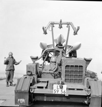 Een delegatie van de Ministerraad brengt een bezoek aan de 3e groep Geleide Wapens (3 GGW) in Blomberg.Hier een loader-transporter geladen met basis-Hawk           missiles.