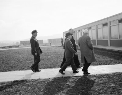 Een delegatie van de Ministerraad brengt een bezoek aan de 3e groep Geleide Wapens (3 GGW) in Blomberg.Vooraan links minister van Buitenlandse Zaken mr. J. Luns,           minister van Defensie P. de Jong en ?Achter commodore G.W. de Zwaan.