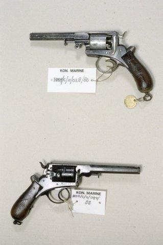 Wapencollectie van het Helders Marinemuseum.Boven;Percussierevolver 'A. Francotte'. Een zesschots           revolver.Onder:Revolver 'Adams -van Wely', kaliber 11.7 mm. Een vijfschots revolver met zeskantige loop.