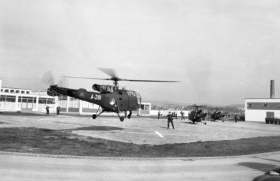 Een delegatie van de Ministerraad brengt een bezoek aan de 3e groep Geleide Wapens (3 GGW) in Blomberg.Hier de aankomst van de eerste Alouette 3           helikopters met de gasten.