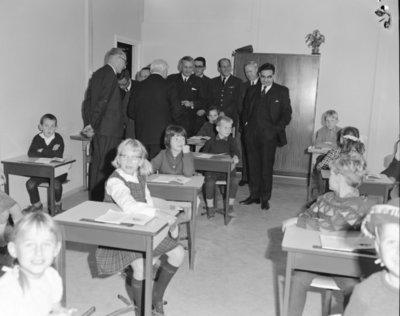 Een delegatie van de Ministerraad brengt een bezoek aan de 3e groep Geleide Wapens (3 GGW) in Blomberg.Een bezoek aan de Anjer-school voor lager           onderwijs.