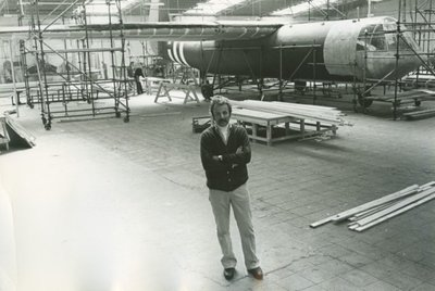 Screenplay Writer van A Bridge Too Far William Goldman bij de fabriek waar de gliders voor de film werden geproduceerd.