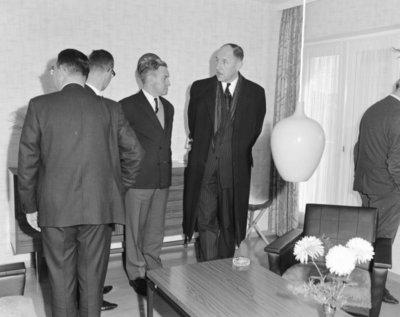 Een delegatie van de Ministerraad brengt een bezoek aan de 3e groep Geleide Wapens (3 GGW) in Blomberg.Vierde van links minister van Buitenlandse Zaken mr. J.           Luns.