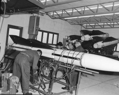 Een delegatie van de Ministerraad brengt een bezoek aan de 3e groep Geleide Wapens (3 GGW) in Blomberg.De gasten krijgen in de missile testshop uitleg over de           werking van de Hawk missiles.