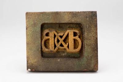 Tegel met decor van monogram BCB