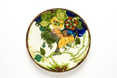 Sierschotel met polychroom decor van een vogel en bloemen