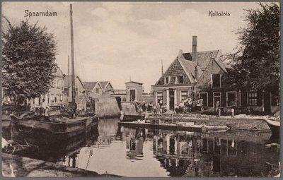 Gezicht vanaf de Westkolk op de Kolksluis en de Oostkolk, met grote zeilboot en bouw van de kademuur aan de Oostkolk.