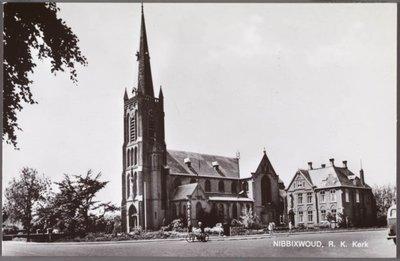 Gezicht op de R.K. Sint Cunerakerk met pastorie. Oriëntatie: ziende naar het westen.