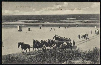 De reddingsboot op een wagen wordt met paarden weer aan land gebracht.