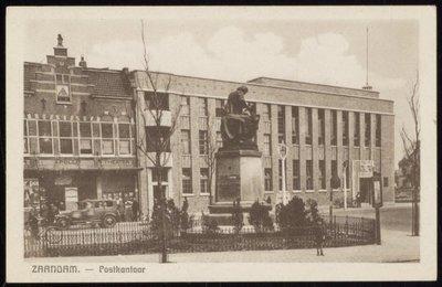 Pleintje met postkantoor, bioscoop en standbeeld tsaar Peter