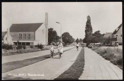 Gezicht op de Naarderstraat nabij de J. van Wassenaerstraat, ziende naar het westen. Links de Kruiskerk.