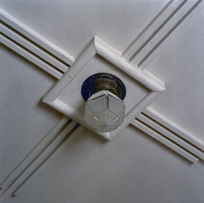 Interieur; plafond in de aanbouw achterzijde, met plafonnière met marmeren pakking