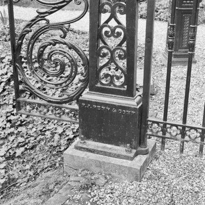 Detail gietijzeren toegangshek (F.J. Penn & Comp., Dordrecht 1857): basis van hekpijler