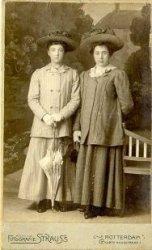 De gezusters van de Bos. Links Geertruida Mak- van de Bos geboren Schiedam 01-01-1891. Rechts Johanna van de Bos, geboren Schiedam 30-08-1881. Zij zijn de dochters van           Pieter van de Bos en Maria Martha Zijdeveld.