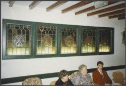 Gustoramen in het restaurant in het prinses Beatrixpark, aangebracht in 1990. De ramen v.l.n.r.: 1. De Wit 2. Linschoten 3. De Rijp 4. (zonder naam , maar = Rotterdam) 5. J.           Pieterszoon Coen.