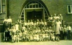 Schoolfoto van de 3e klas van de Dr. J.Th.de Visserschool aan de Westfrankelandsestraat 152, met juffrouw Pieterman en juffrouw Zuurmond (rechts). De naamlijst en nummering           van personen in de map aan de balie in de studiezaal.