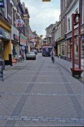De Hoogstraat gezien in westelijke richting. In het midden de winkels Radio Modern en de kledingzaak HIJ.