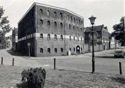 Mouterij de Goudsbloem op de hoek van de Noordvest en de Sint Anna Zusterstraat. In 1973 van sloop gered door jongeren die de mouterij gingen opknappen. Vijf jaar later is           er een café in gevestigd. Dat werd een restaurant dat in 2006 sloot.