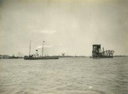 De sleepboot Gelderland sleept -vermoedelijk- de Toba. De Gelderland is in 1920 gebouwd door Jonker en Stans uit Hendrik-ldo Ambacht. De Toba is in 1923 gebouwd door Gusto           en bestemd voor de Argentijnse overheid. De reis richting Argentinië was heftig. Eind juni werd de Toba getroffen door de storm Pompero, die goed doorstaan werd. De cycloon van 20 juli werd           minder goed doorstaan, de kraan raakte los van de Gelderland en is zes dagen zoek geweest. Met hulp van de Argentijnse marine is het gelukt de kraan terug te vinden. Wonderlijk was alles           nog in orde met de kraan. In augustus 1923 bereikte de kraan de bestemming Puerto Belgrano. Op 21 december 1923 werden in het dok de laatste tests uitgevoerd, waarbij door het breken van           een kabel het gevaarte achterover klapte, brak en uiteindelijk zonk. Bij dit ongeval kwamen vijf mensen om het leven.