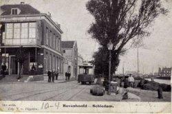 Op de voorgrond een deel van het Hoofdplein en in het verlengde daarvan de Hoofdstraat. Links café 'De Maas', rechts de Voorhaven, alles gezien vanaf het Hoofdplein.           Centraal de paardentram die sinds 1902 de route van het Stationsplein naar het Hoofdplein rijdt.