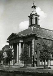 De r.k. Johannes de Doperkerk, beter bekend als de Havenkerk aan de Lange Haven, gezien vanaf de overzijde. Gebouwd naar ontwerp van Adrianus Tollus in 1822. Ingewijd 1824.           In 1967 gesloten voor de r.k. erdediensten. Van 1976 tot 2008 in gebruik door de Stichting Wereldzending van Johan Maasbach. In 2011-2012 is het exterieur gerestaureerd.