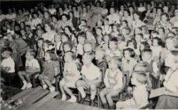 Afscheidsavond 1950 van de kleuters van de Prinses Julianaschool in de Oostsingel Een naamlijst en nummering van de personen is te vinden in de map aan de balie van de           studiezaal.