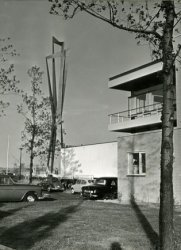 De noordhoek van het Cafe Restaurant Europoort met links de Eurobaak en daarachter op de achtergrond de werf van de Rotterdamse Droogdok Maatschappij.