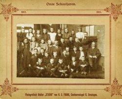Een groepsfoto van een lagere school in Schiedam. De docent zittend op de stoel rechts is Jan Verboom.
