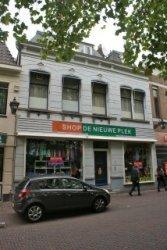 Voorgevel van Lange Kerkstraat 64 en 66, waar Shop De Nieuwe Plek is gevestigd.