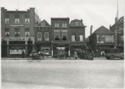 Broersvest met van links naar rechts op nummer 43 café Centraal, op 45 de handel in boter van A. Vredebregt, op 47 de tabakszaak van J. Roeling, op 49 de handel in           zuivelproducten van M. Ruigrok.