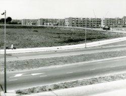 Churchillweg met oprit (van rechts- naar linksboven) naar rijksweg 20, gezien vanaf het viaduct over de rijksweg 20 (A4). Op de achtergrond (vier flats van) Groenoord-zuid).           Geheel links achter de bomen ligt boerderij Landvreugd, gebouwd in 1905.