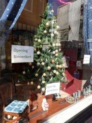 Café De Herinnering geeft aan binnenkort weer te willen openen. Maar aan de kerstboom in de etalage te zien vermoeden ze dat het nog tot de kerst gaat duren voordat de           maatregelen rond de coronacrisis het toelaten.