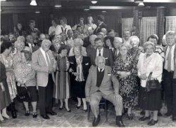 Reünie in het zaaltje de Wilgenburg achter de Singelkerk van bewoners uit de Laurens Costerstraat en omgeving die daar woonden of gewoond hebben. Deze bijeenkomst vond           plaats op 15 oktober 1988. Naamlijst en nummering van de personen in de map aan de balie in de studiezaal.