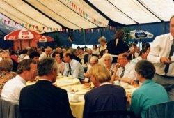 Tijdens de viering van het eeuwfeest van de St. Jacobuskerk in 1990. Links burgemeester Reinier Scheeres, rechts van hem (op de rug) J. van der Meer, dekenaal waarnemer,           tussen hen in ds. Kees Mos van de Dorpskerk en schuin tegenover hem pastor C.A. Veltman sdb van de Jacobuskerk.