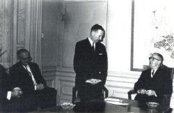 De viering van het 25-jarig ambtsjubileum van P.J. Drenth op 1 maart 1964. Vanaf 1944 vervulde Drenth verschillende functies binnen de de gemeente Schiedam. Op het moment           van zijn jubileum was hij werkzaam als ambtenaar bij het kabinet van de burgemeester. Van links naar rechts zijn te zien: H. Snoep, P.J. Drenth en mr. M.J. Blok           (gemeentesecretaris).